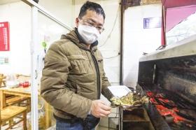 湖南长沙烧烤店主:想念和顾客唠嗑的日子